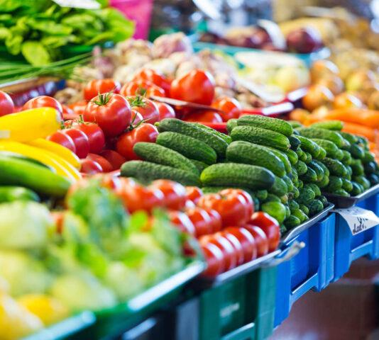 Jak eksponować owoce i warzywa na stoisku?